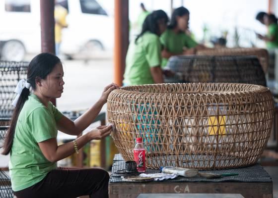 Weaving a rattan piece