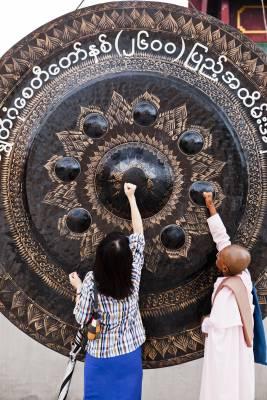 Gong at Shwedagon pagoda