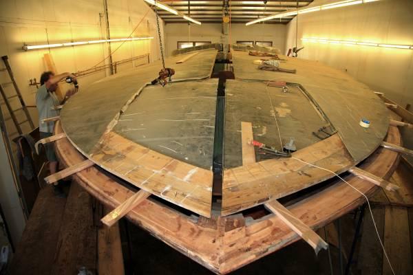 Aguti hull made of mahogany, carbon fibre and cedar in the yard