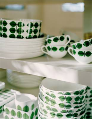 A complete set of Gustavsberg crockery is all you need to eat it off