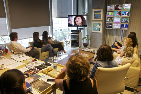 Viewing a proposal for a new series in the office of Kanal Deditor-in-chief, Pelin Dis¸tas¸ Yas¸arog˘lu