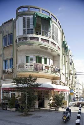 Miznon Avi, a corner restaurant