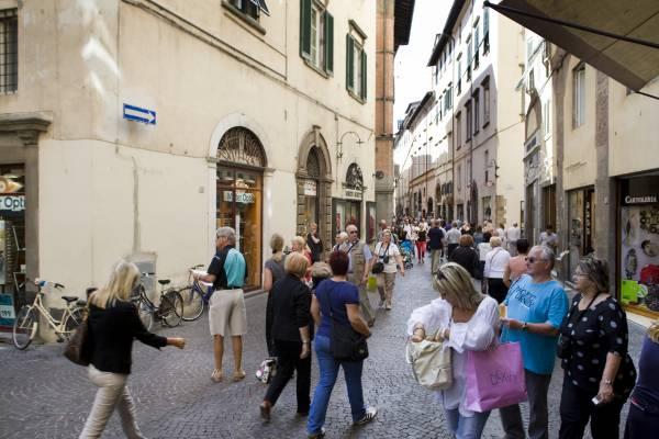 Shoppers on main shopping street via Fillungo