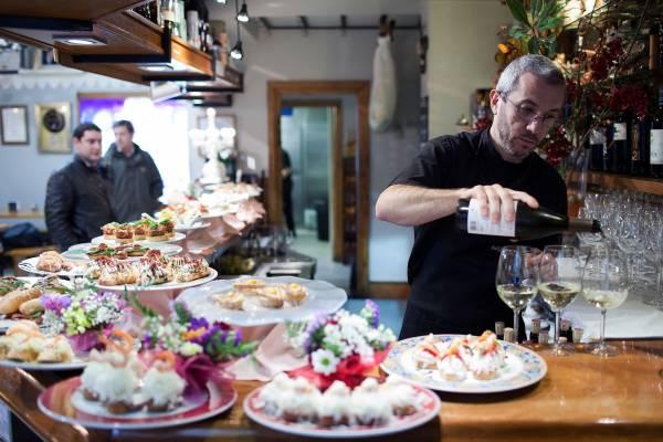 Esteban Ortega pours wine at Bergara