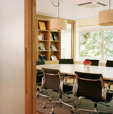 The third-floor meeting rooms have Unifor conference tables, Aluminium series chairs from Vitra and lighting from Santa & Cole