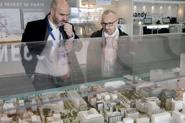 Perusing a petite plan for Paris