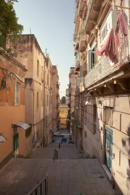 Spaccanapoli, the unerring Roman street that divides the city between ancient and modern