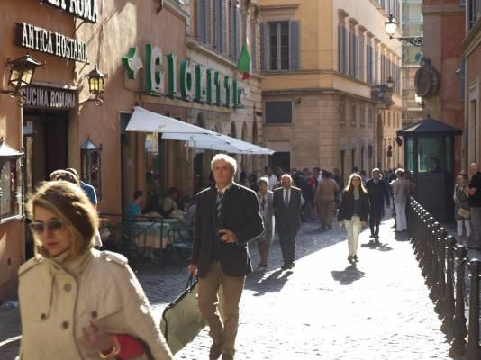 Bars and cafés lining via degli Uffici del Vicario
