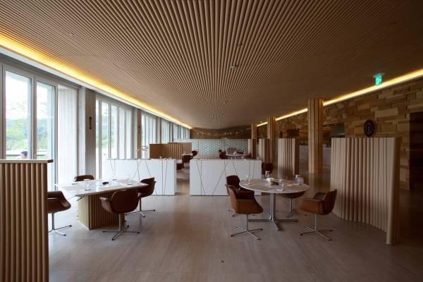 Paper-tube ceiling designed by Shigeru Ban,  Haesley Golf Club