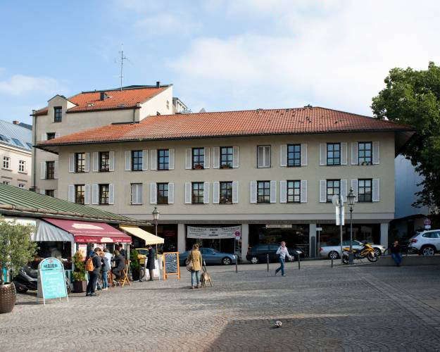 The Viktualienmarkt building was completed in 1977